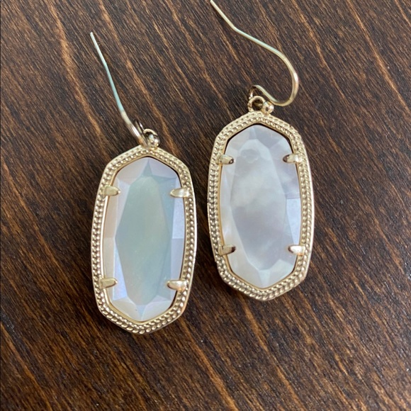 Kendra Scott Dani earrings in mother of pearl